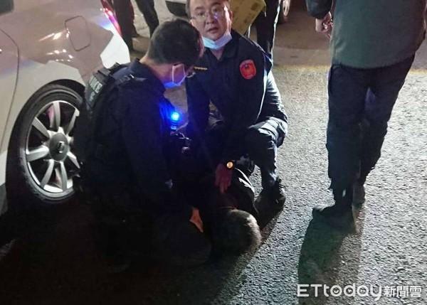 偷車男「拒捕撞警」被射車輪 2警「壓制地上」3小時破案