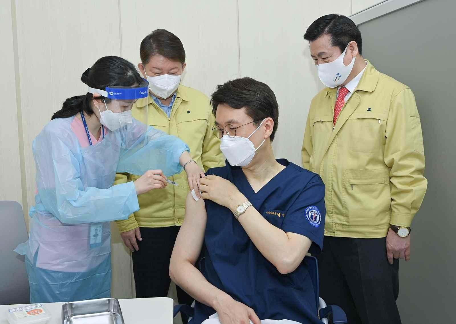▲▼大邱市當地醫護人員接種輝瑞新冠疫苗。(圖/達志影像)