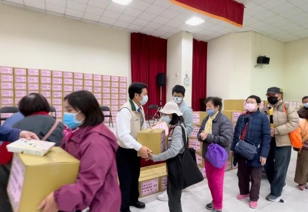 鄭寶清做公益 致贈弱勢家庭民生物資傳送社會關懷 | ETtoday地方新