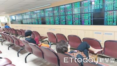 台股大跌305點 分析師建議:股市多空交戰、投資人保守為宜