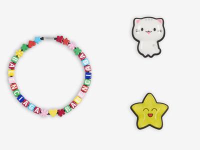 BALENCIAGA推萬元「貼紙耳環」 像兒童手工藝的玩具風飾品正夯