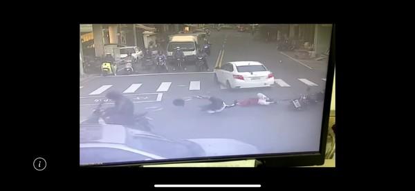 [新聞] 高雄白車路口左轉「像打保齡球」!4機車