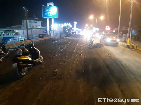 台南水泥預拌車沿途掉泥漿 8名機車騎士「犁田」4人送醫 | ETtoda