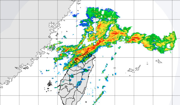鋒面逼近中!新竹以北迎「大雨+閃電」 從北至南越晚雨越大