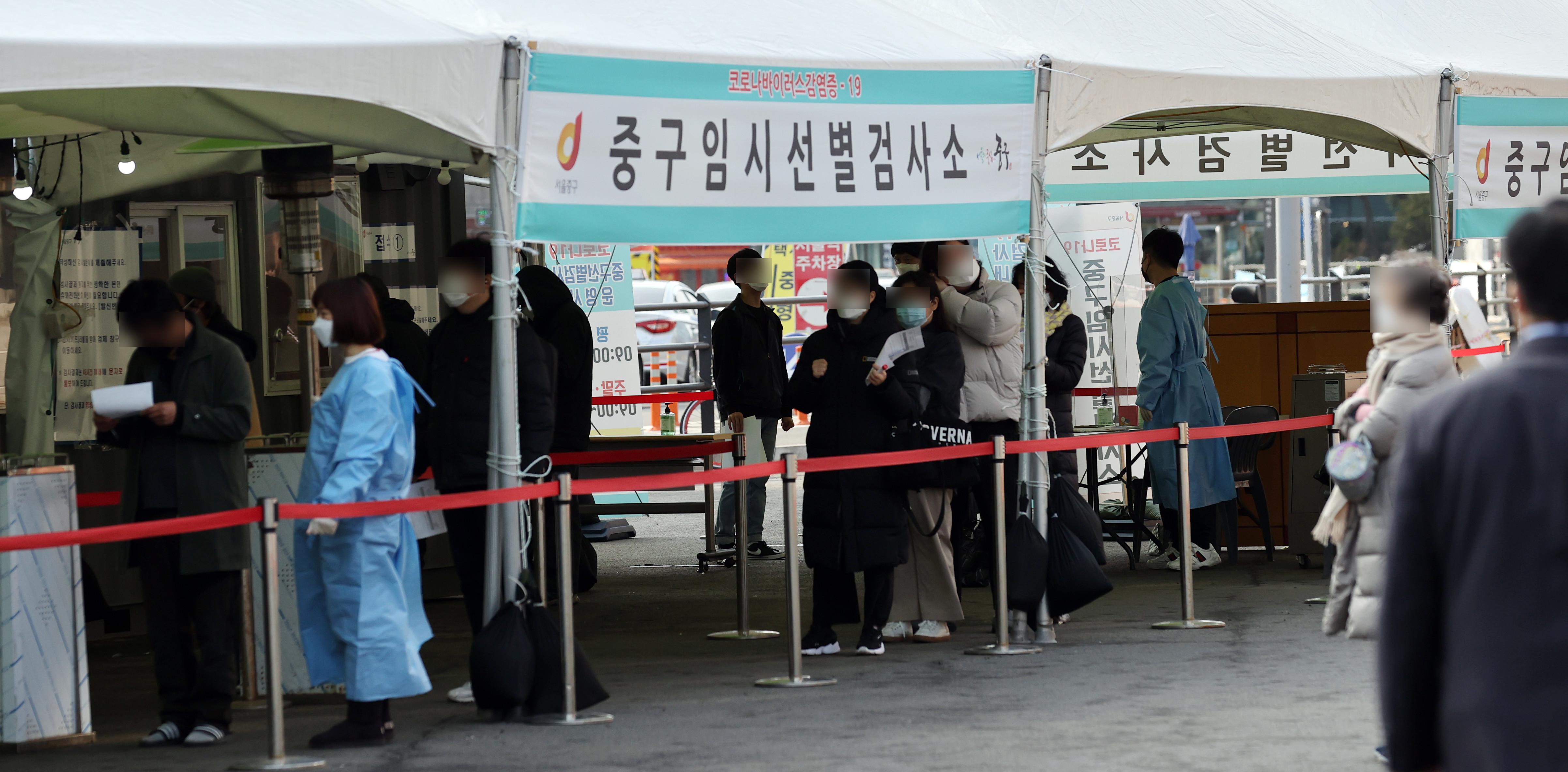 ▲▼南韓近期單日新增病例維持3、400多人,圖為首爾中區臨時篩檢站。(圖/達志影像)