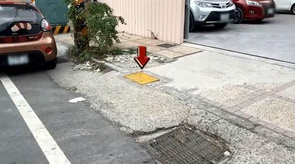 「平面式消防栓」超像水溝蓋! 車主誤停白線收罰單