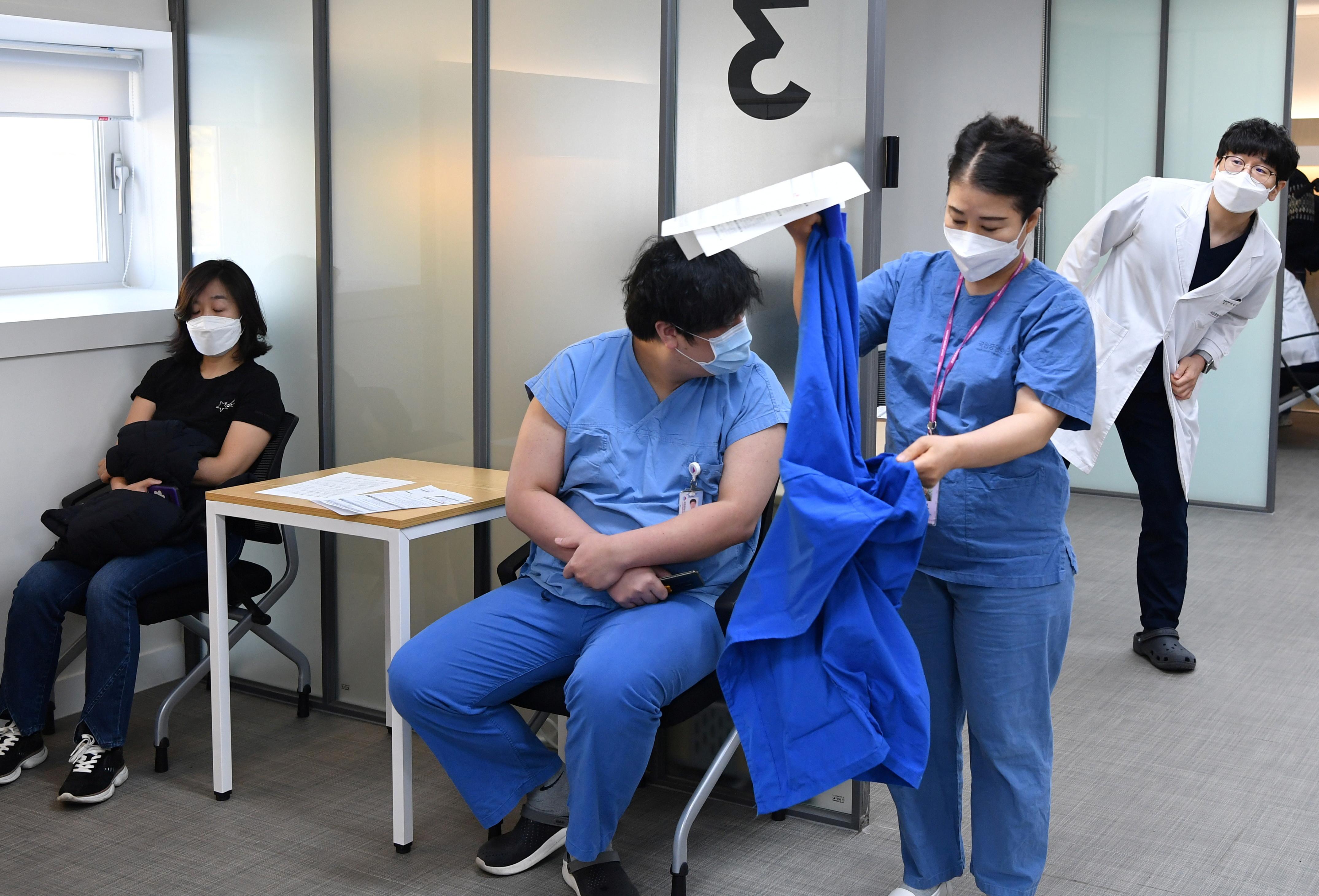 ▲▼首爾國立中央醫療院2名護理師,在接種輝瑞新冠疫苗後仍染疫。(示意圖/路透社)