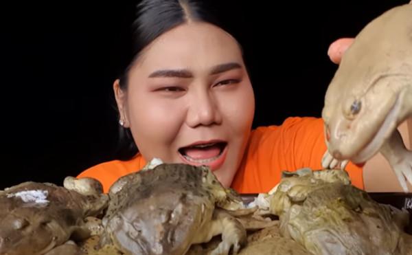 吃播大啖水煮牛蛙!百萬網紅「一口吞半截身體」 嚇壞粉絲:超噁 | ETt