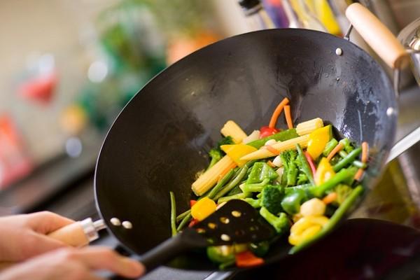 使用鋁鍋、不鏽鋼鍋、不沾鍋、鐵鍋怕煮出毒?專家揭「地雷用法」 | ETt