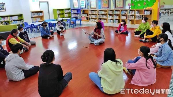 ▲別讓孩子網路沉迷網路 作家洪瓊君用故事引導學生身體閱讀。(圖/記者郭世賢翻攝)