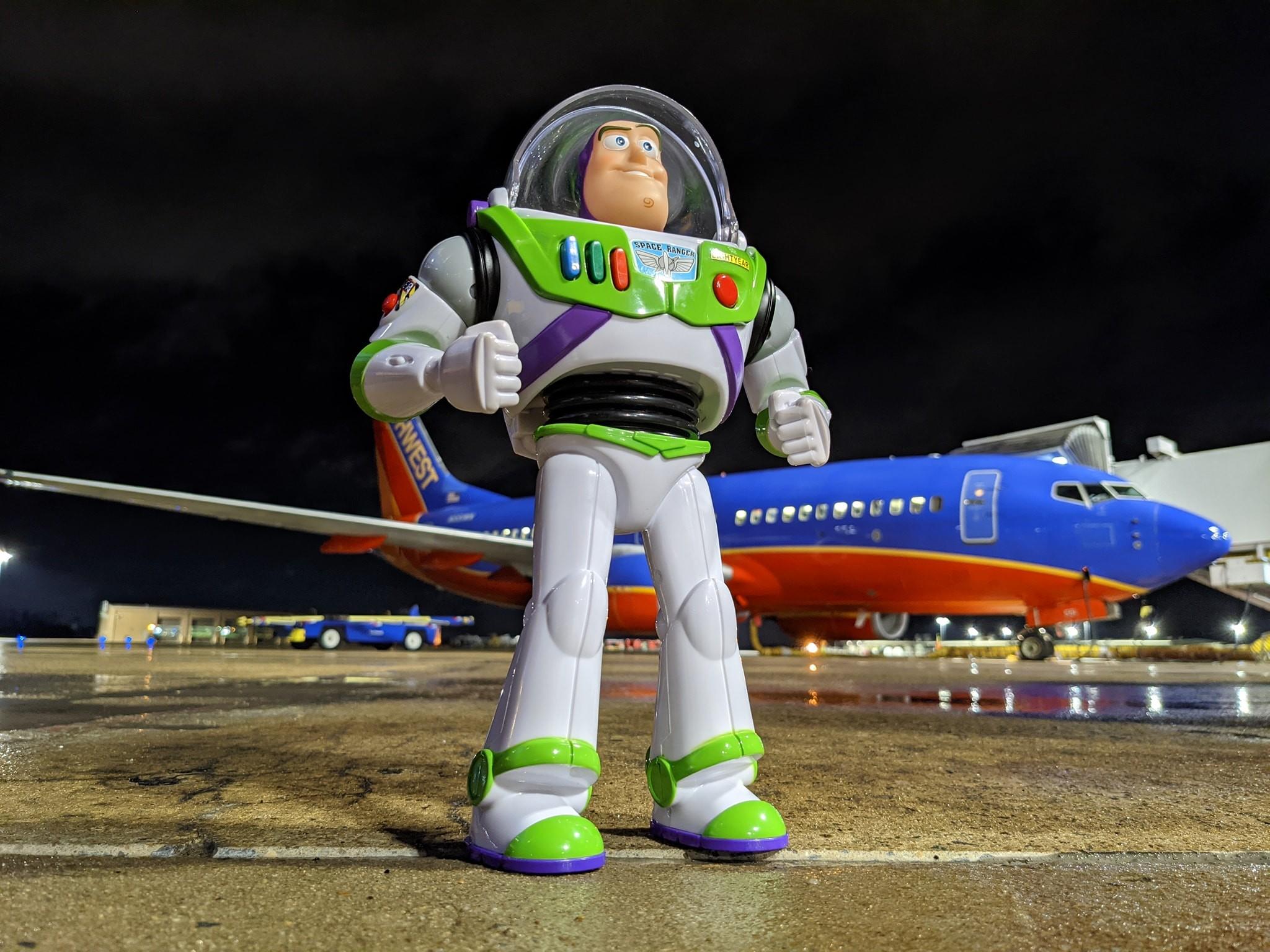 ▲▼美國西南航空為2歲的哈根找回忘在飛機上的巴斯光年。(圖/翻攝自西南航空臉書)