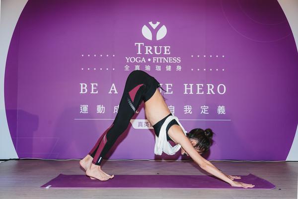 ▲林韋君示範瑜伽姿勢。(圖/業者提供)