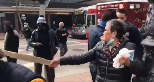 Re: [新聞] 突遭白人男攻擊!76歲亞裔嬤「抄傢伙」一陣暴打 他滿臉血