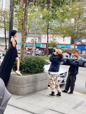 ▲▼A-Lin在台北街頭替戴愛玲拍攝形象照。(圖/公關照)