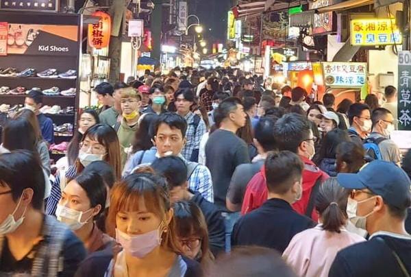黃珊珊、蔡炳坤「士林夜市人潮照」被批帶風向 柯文哲:平日假日有差 | E