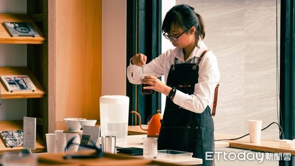 全場最年輕! 崑大餐飲系張力文「說書旅人盃手沖咖啡賽」奪冠 | ETto