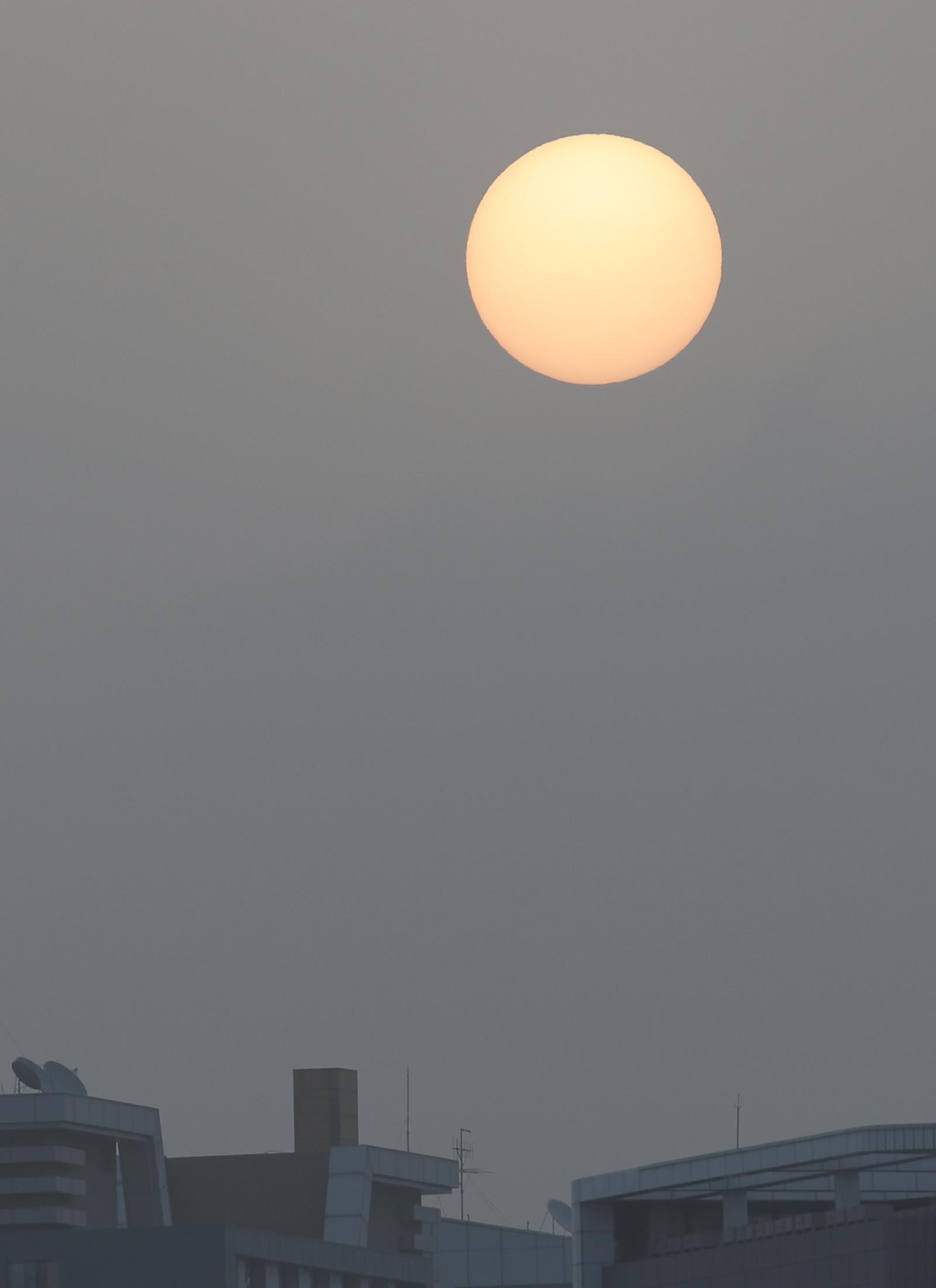 ▲▼南韓江原道春川市29日受到內蒙古沙塵暴影響。(圖/達志影像)