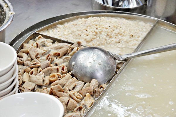 香濃四神湯+鹹甜刈包!基隆廟口小攤 整碗配料闆娘一秒加滿湯   ETto