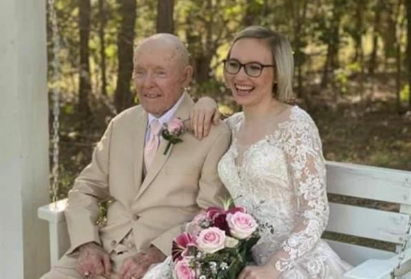[新聞] 相差70歲!小護士甜嫁89歲失智翁 每天「開心倒數」當寡婦