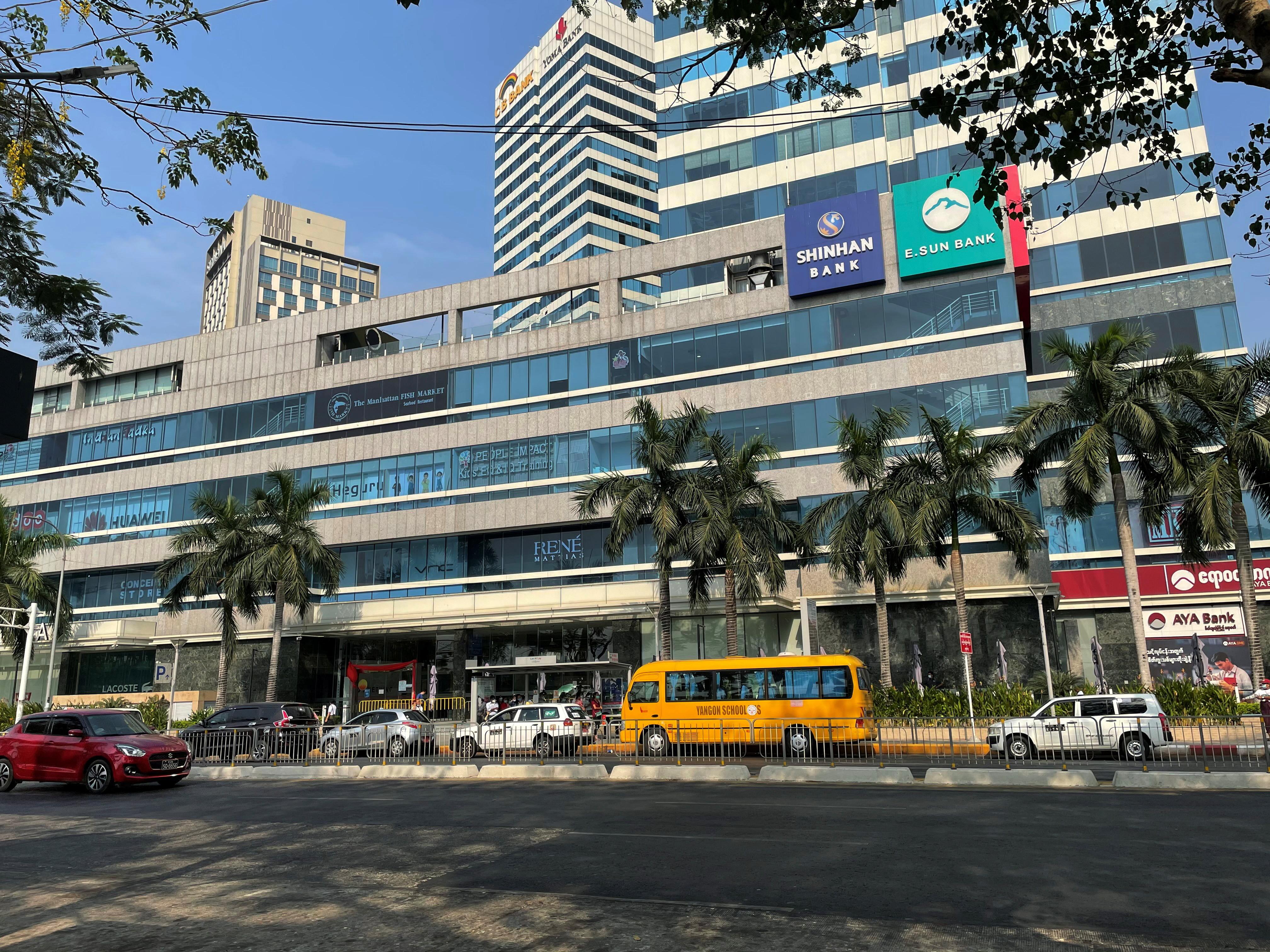 ▲▼南韓新韓銀行設在緬甸仰光的分行,當地女職員慘遭軍方開槍爆頭慘死。(圖/路透社)