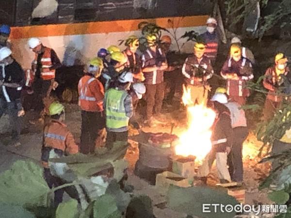 快訊/「太魯閣號最慘」第8車廂拖一半卡住 工人淚燒紙錢   ETtoda