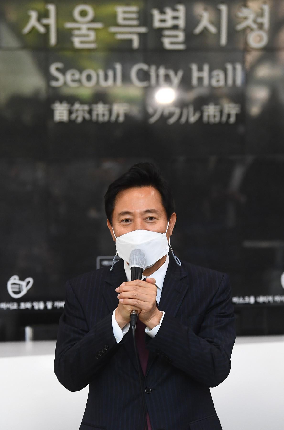 ▲▼首爾新任市長吳世勳,當選後隔日前往市廳報到。(圖/達志影像)