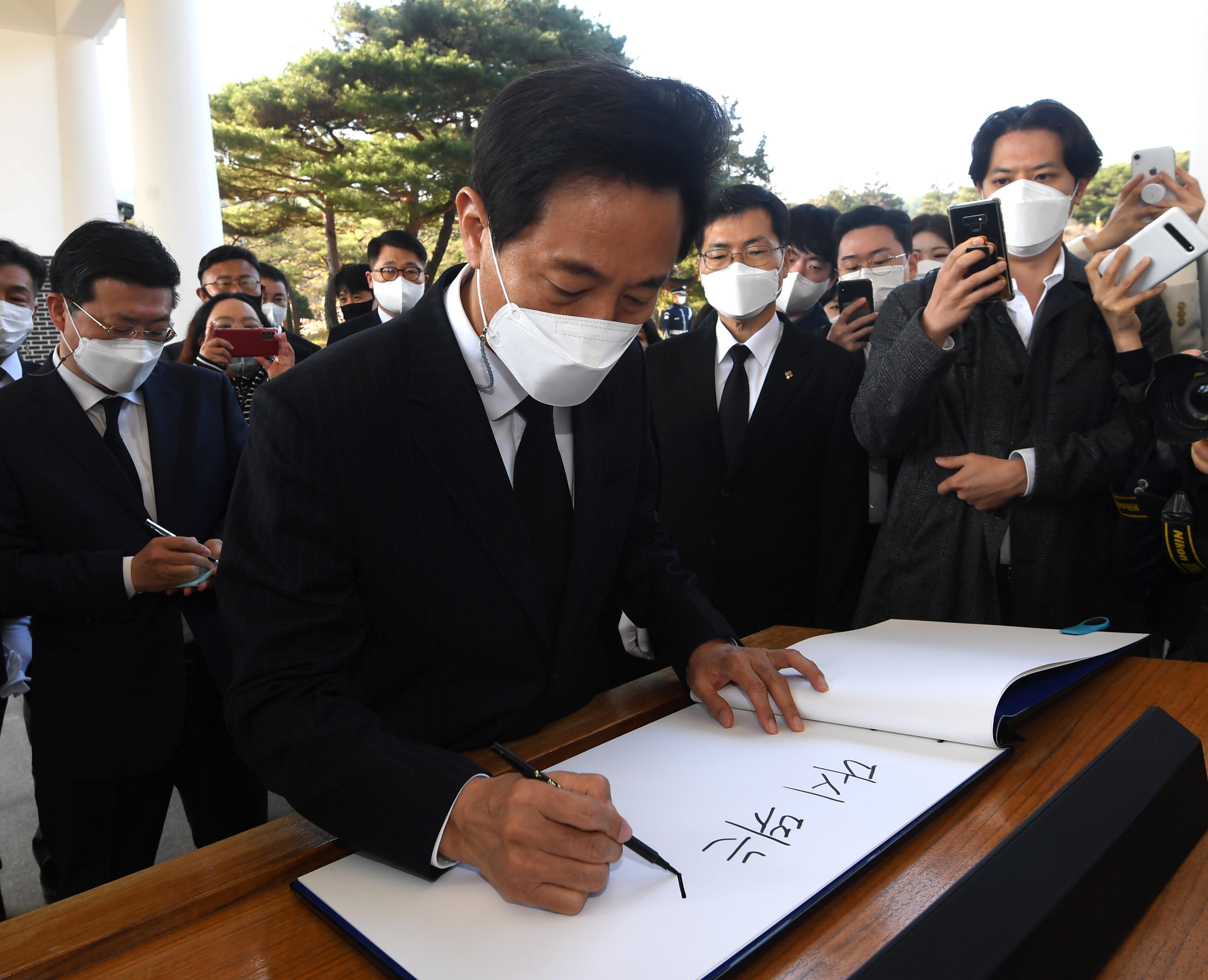 ▲▼首爾市長吳世勳在訪名錄簽下「躍動的首爾」。(圖/達志影像)
