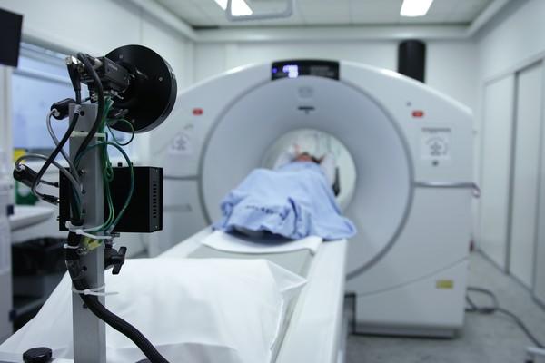醫院做核磁共振被丟包! 6旬翁扭身爬出爆氣:3人全在滑手機
