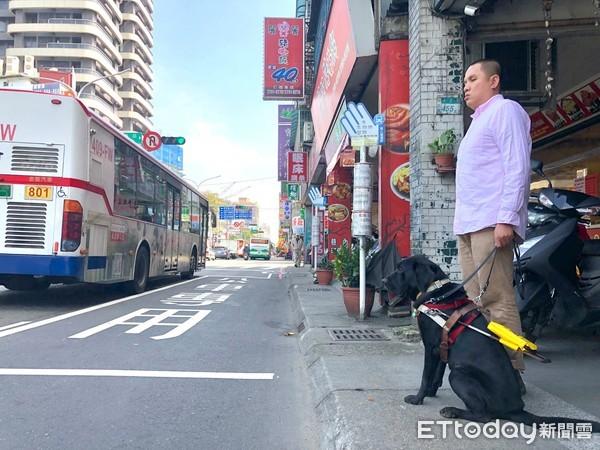 帶導盲犬等公車「倒數3分鐘」遇高中生暖心救援!網:以恆毅為榮