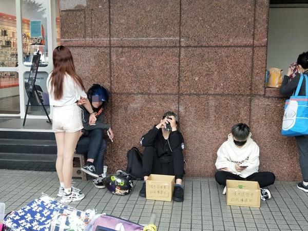 捷運站前3男1女學生「擋道乞討」!網見箱子寫「救救曠課兒」怒了