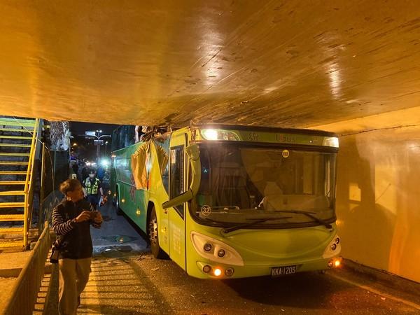 快訊/台南雙層客運衝進地下道!駕駛座「上方全毀」變形