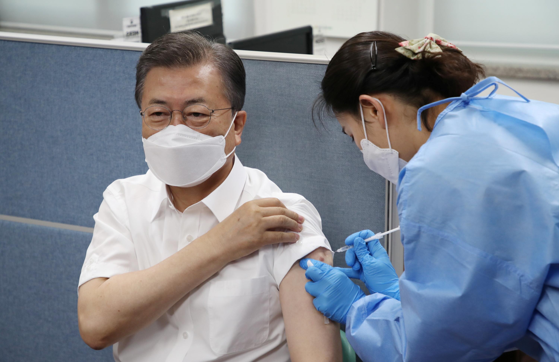 ▲▼南韓決定12日起恢復施打AZ疫苗,圖為總統文在寅接種AZ疫苗。(圖/路透社)