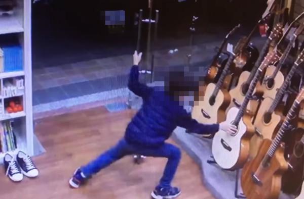 新北男童「3度偷彈吉他」秒逃 老闆尋人喊話「我教你」暖炸