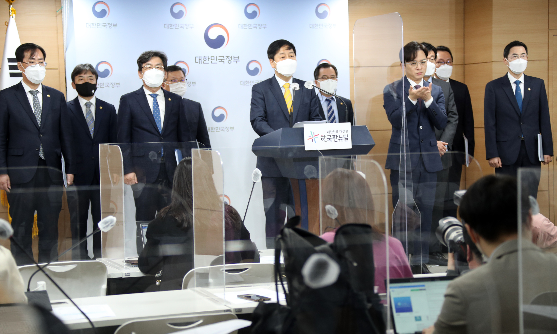▲▼南韓國務調整室長具潤哲與外交部、海洋水產部召開跨部門會議。(圖/達志影像)
