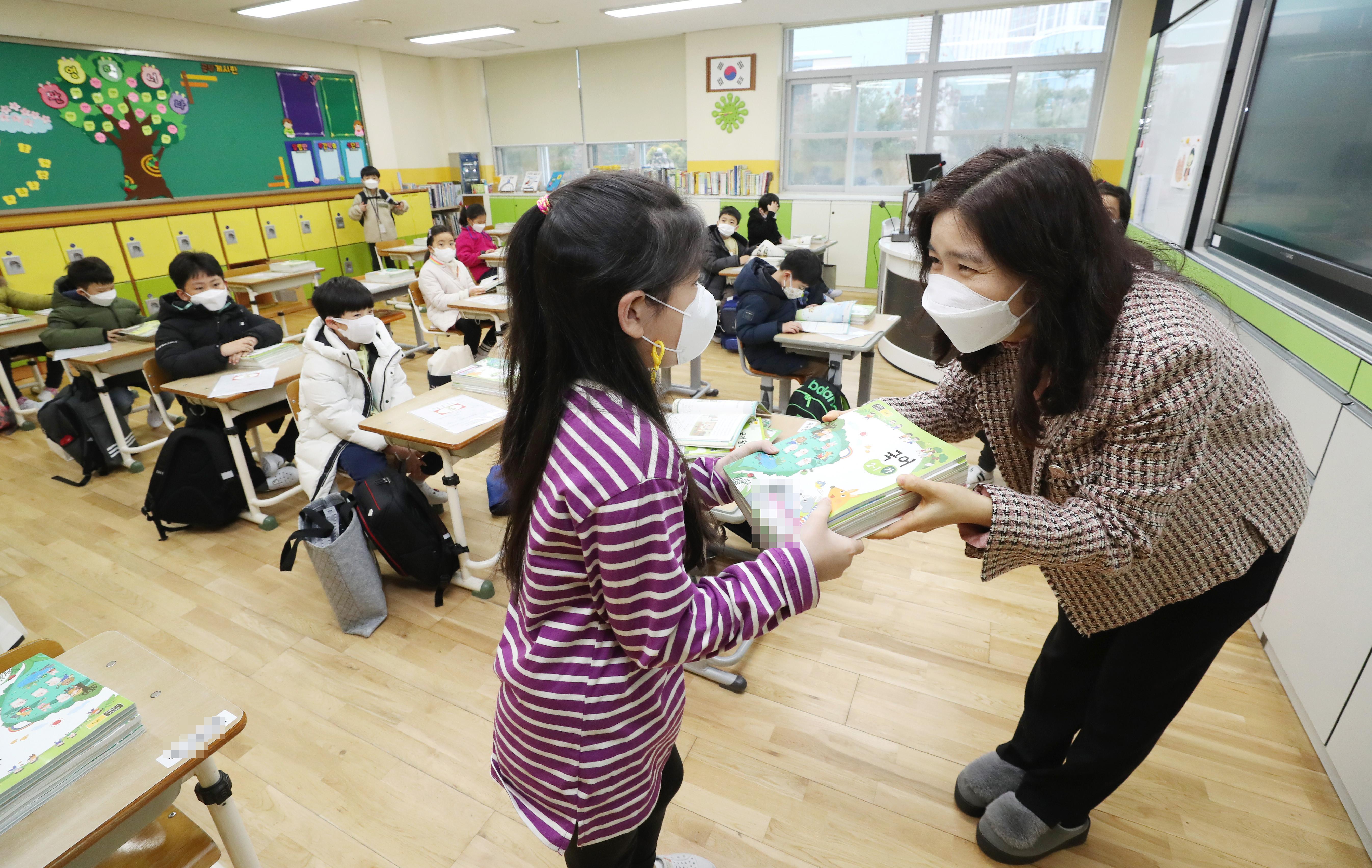 ▲▼南韓才宣布新學期「重啟校園」、實施到校上課,卻又再爆發數起校園群聚感染。(示意圖/達志影像)