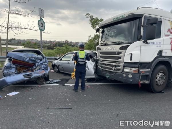 快訊/國道3號324.5 K南下嚴重車禍 油罐車撞爛3車釀5傷送醫