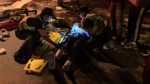 快訊/14歲少女夜衝撞樹亡!後座21歲男網友噴飛 零件散落一地