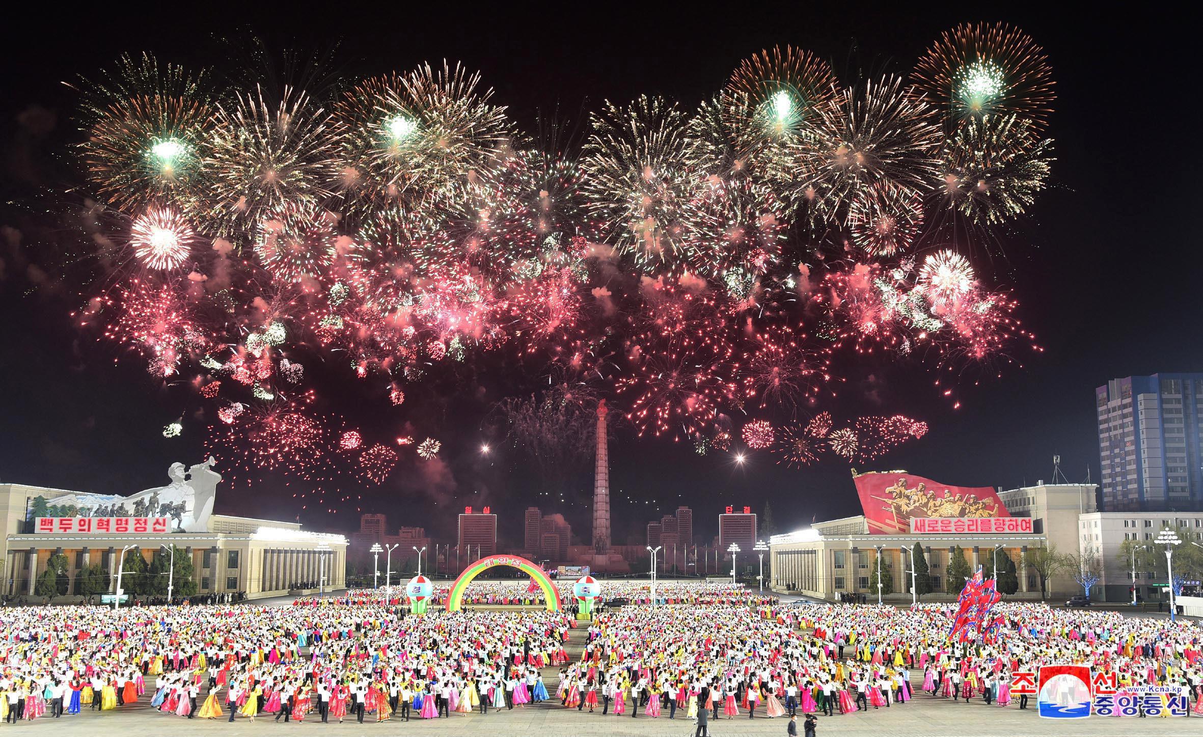 ▲▼北韓數萬民眾穿傳統服飾聚集廣場,同時施放煙火,慶祝太陽節。(圖/達志影像)