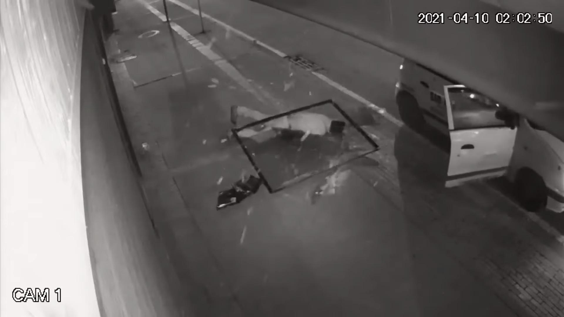 ▲▼哥倫比亞一名竊賊在犯案時不慎墜樓。(圖/翻攝自Youtube@Periodismo Público)