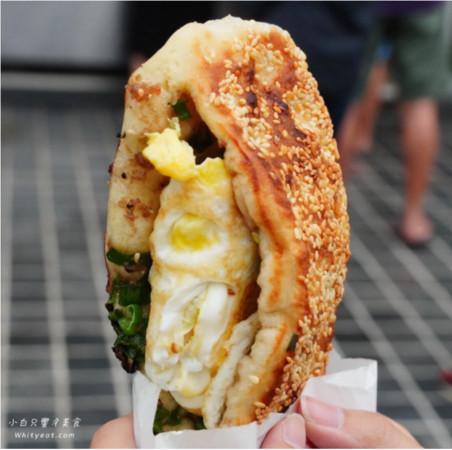 一次限買4個!台南超搶手老麵蔥燒餅 現點現烤晚來吃不到 | ETtoda