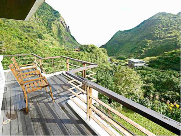 金瓜石最美陽台景!穿越時空的「礦城民宿」 玻璃屋內享受下午茶 | ETt