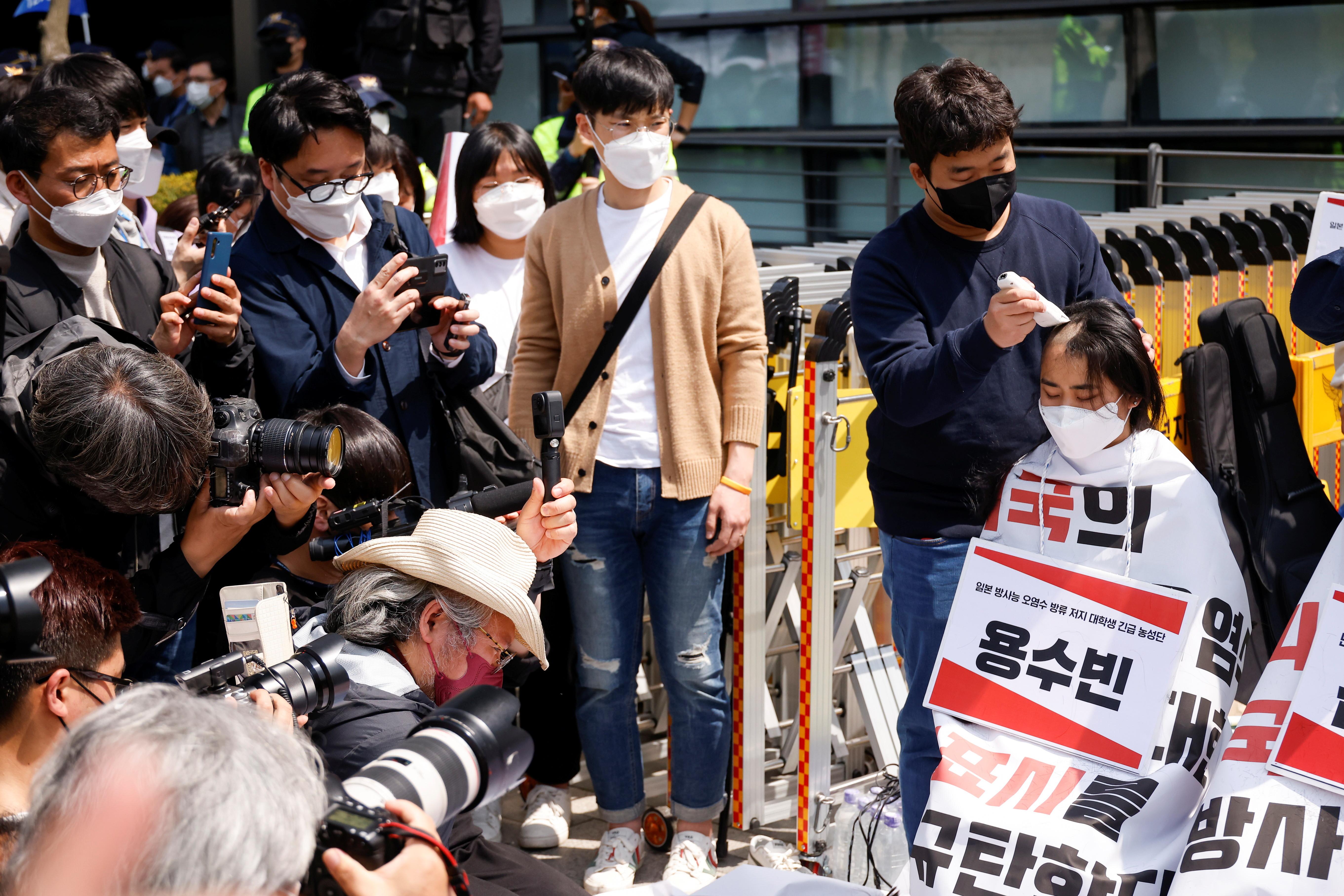 ▲▼南韓大學生連續5天4夜在日本駐韓大使館前示威抗議。(圖/路透社)
