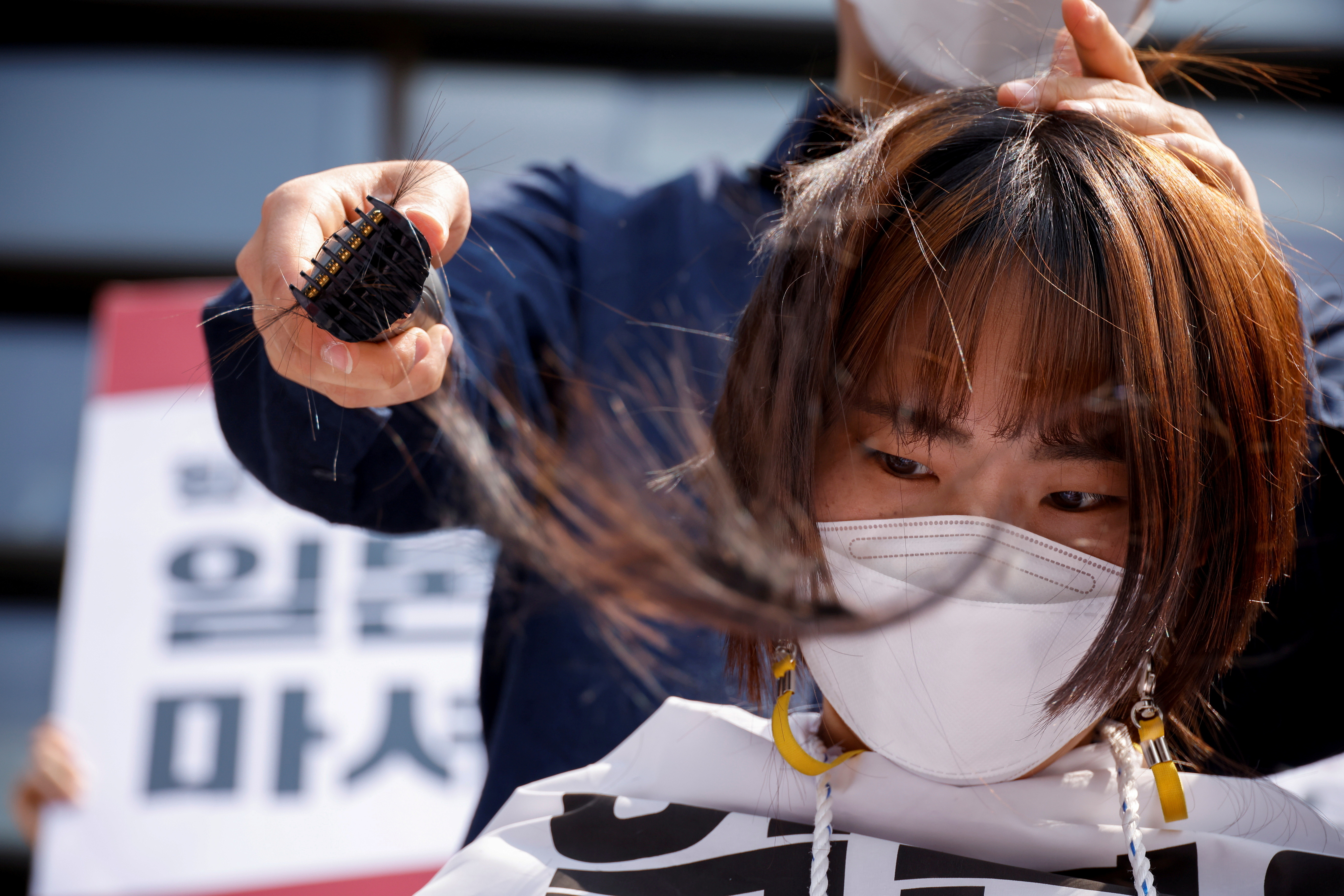 ▲▼南韓大學生削髮抗議,呼籲日本人應把福島核廢水「喝下去」。(圖/路透社)