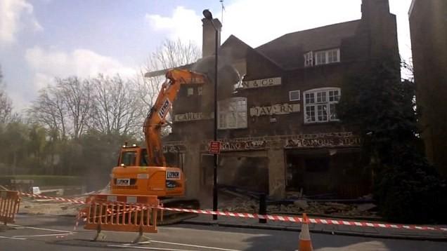 ▲▼建商偷拆百年古蹟蓋豪宅 政府拍板:給我拼回去(圖/翻攝自Facebook)