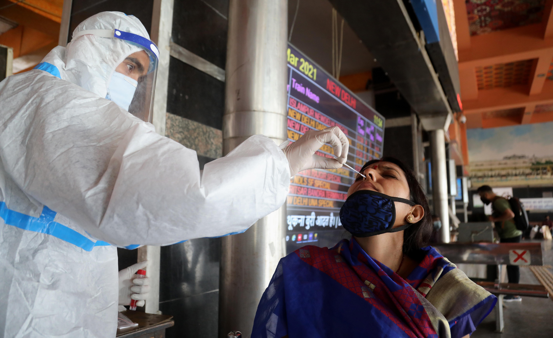 ▲▼印度新冠第二波疫情升溫,新德里機場、火車站、公車站等設置臨時篩檢站。(圖/達志影像)