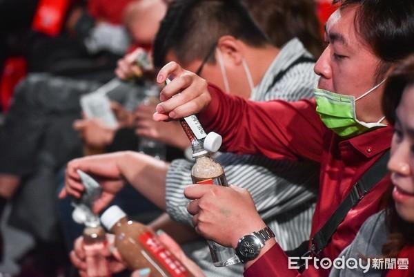▲▼東森直消電商創業及新品上市發佈會,現場來賓體驗紅藜果膠。(圖/記者李毓康攝)