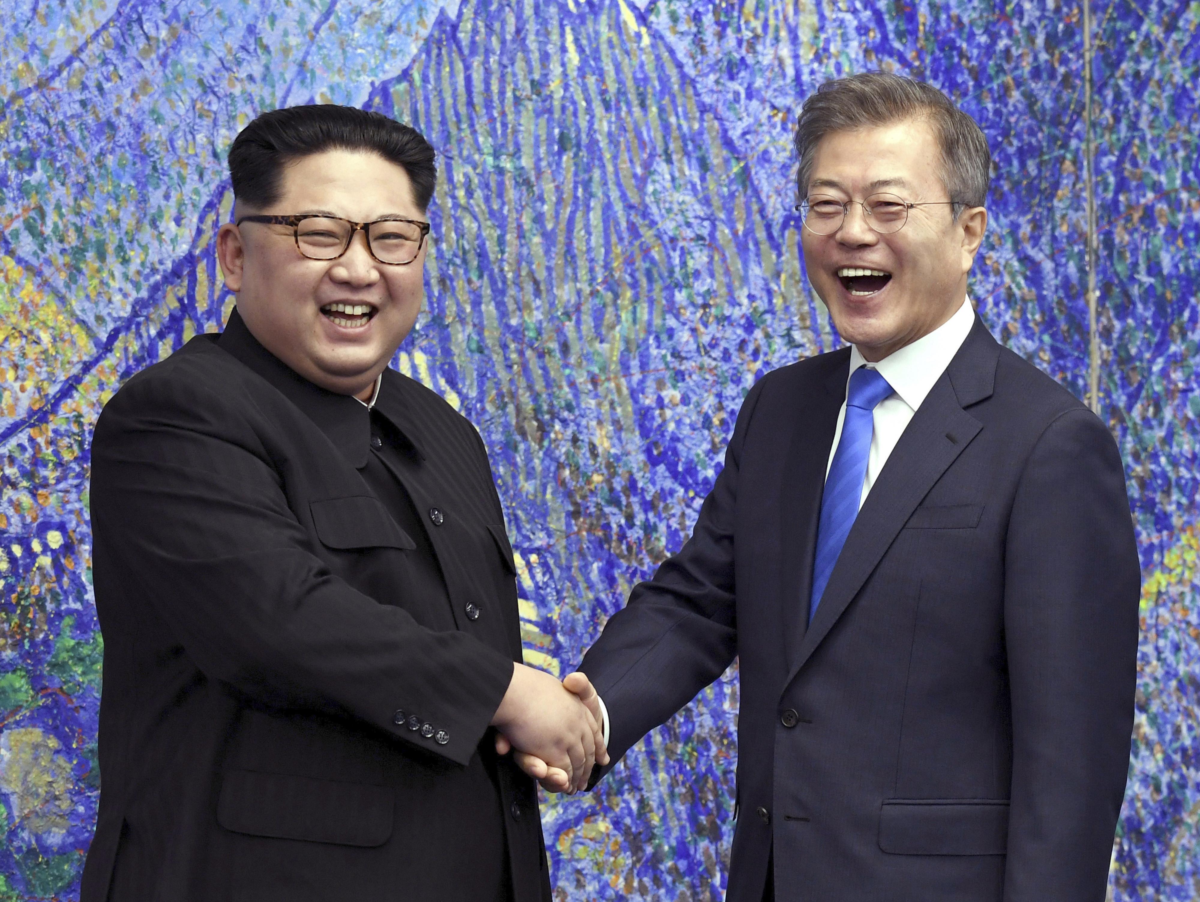▲▼文在寅與金正恩於2018年4月27日簽署《板門店宣言》。(圖/達志影像/美聯社)