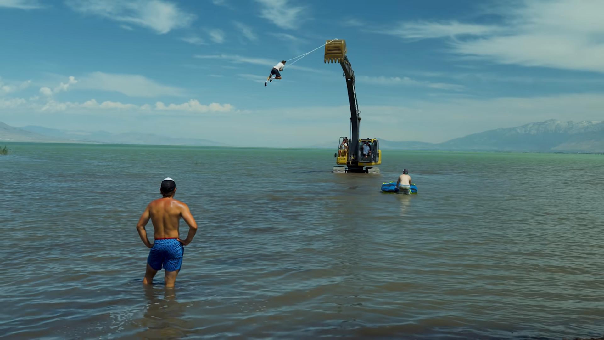 ▲▼維泰克被當作「人肉鐘擺」,吊掛在挖土機吊臂上。(圖/翻攝自Youtube@Jeff Wittek)
