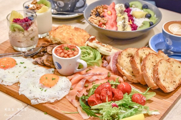 食材豐富裝滿超大木盤!台北澳風咖啡館 必點奶油乳酪糖霜肉桂捲 | ETt