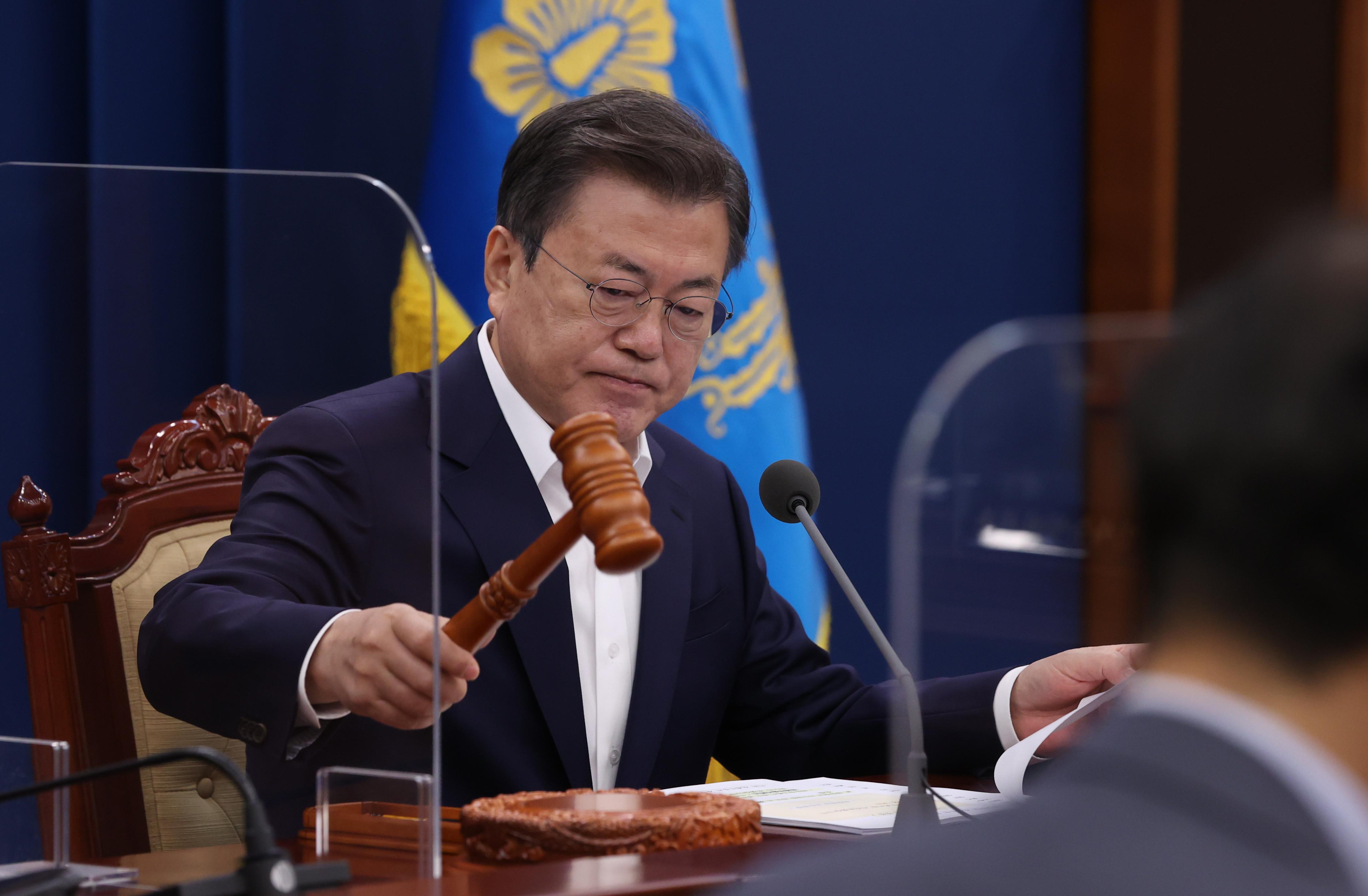 ▲▼文在寅被民眾在傳單上稱「北朝鮮的狗」,竟氣得指示法律代理人提告。(圖/達志影像)